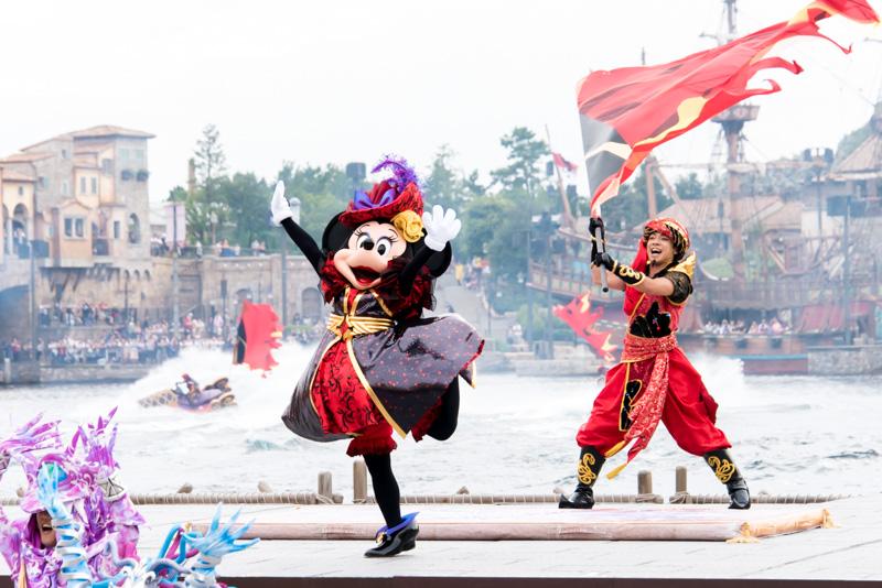 途中からはミニーマウスなど、ディズニーのキャラクターがステージに加わって踊る