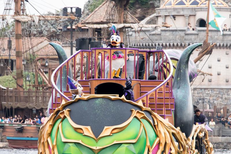デイジーが海の歌姫の仮装でハーバー中央の船で歌い始める