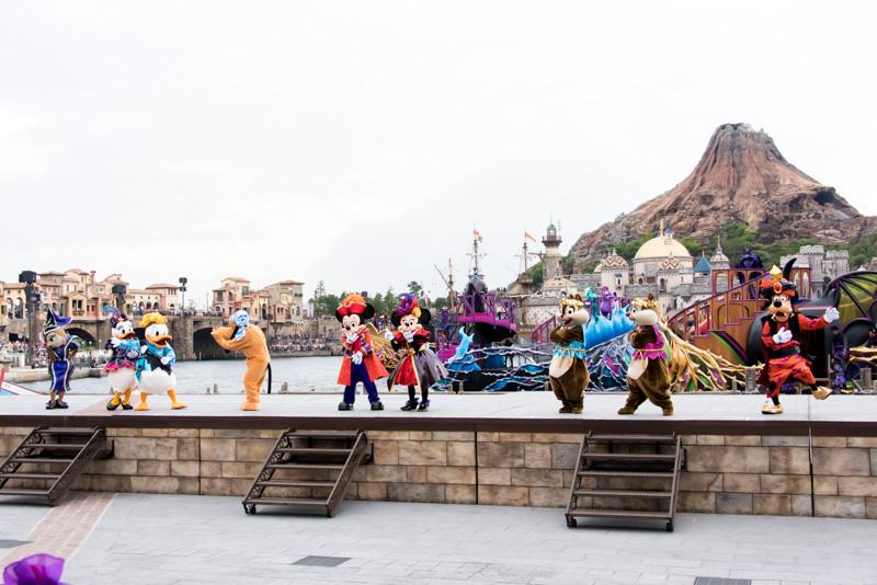 ディズニーのキャラクターたちがステージに集まり、パーティの余韻を語り合う