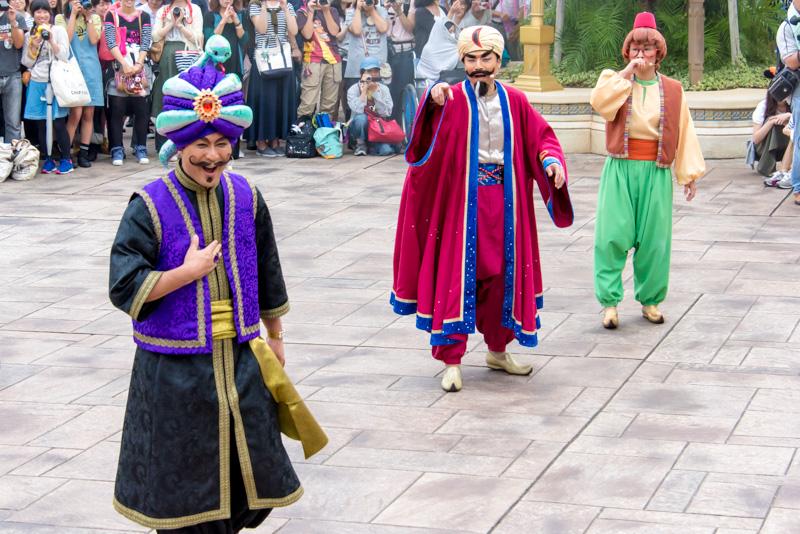 ジャファーの後継者を名乗る黒魔術師(左)が登場。大道芸風の魔術(?)を披露。シャバーン(中央)とアシーム(右)とコミカルに掛け合いが行なわれた