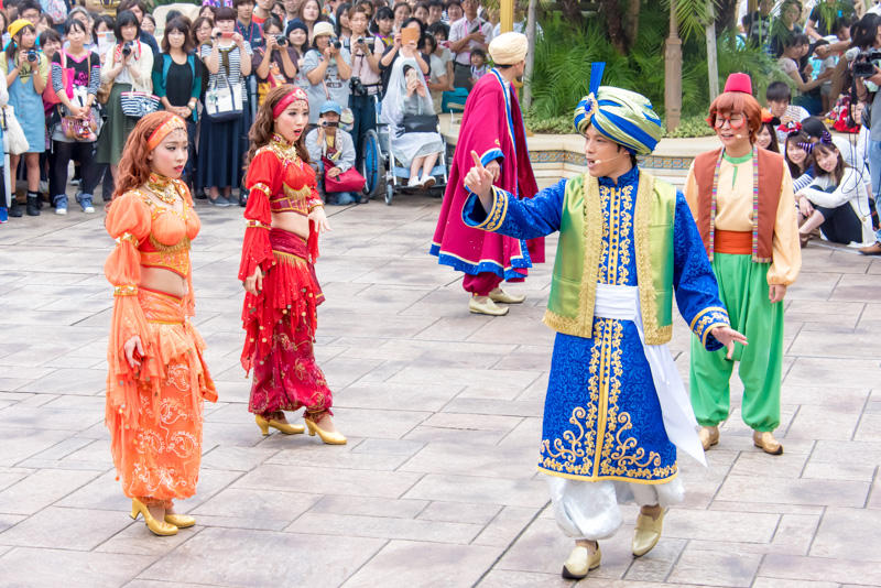そこに本物のマジシャンであるコーチマ(右)と助手の踊り子たちが登場。3人でマジックを披露しあう