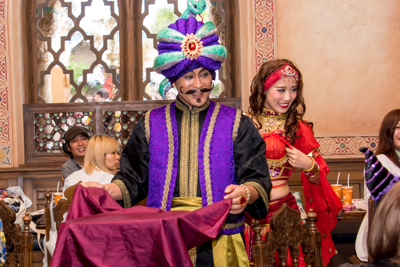 レストラン「カスバ・フードコート」では、黒魔術師やシャバーン、アシームなどが登場し、食事中の観客を訪れてマジックを披露してくれる