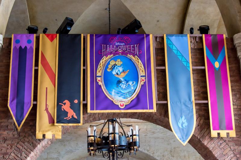 回廊の天井などにもヴィランズのバナー