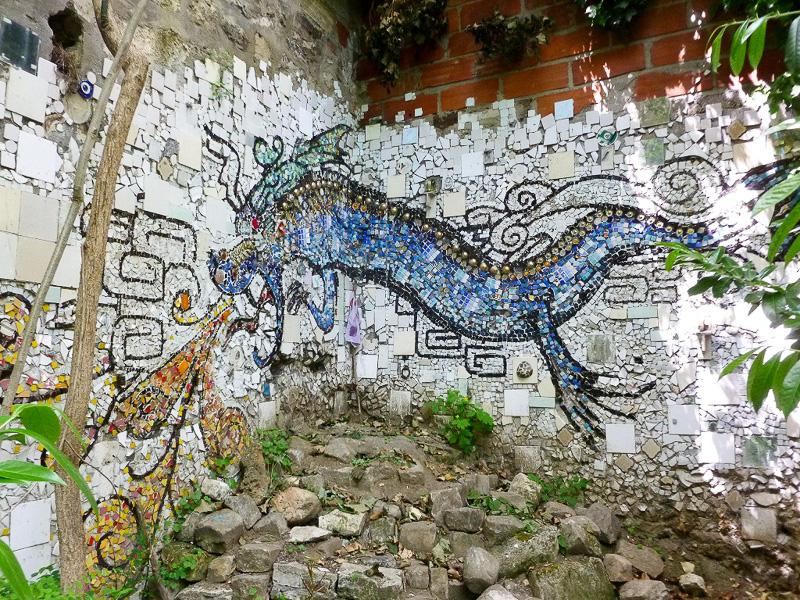 子供たちが作ったと思われる、すてきなモザイクのドラゴンが森の奥にいました