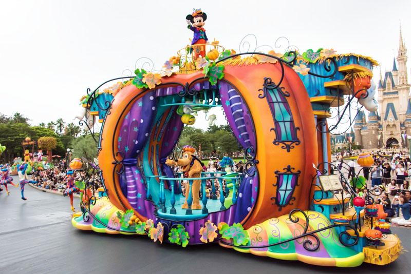 「ディズニー・ハロウィーン」の期間中に行なわれるパレード「ハッピーハロウィーンハーベスト」