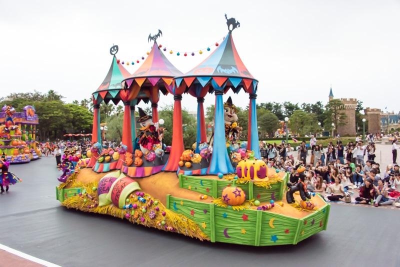 2台目のフロートには、魔女のハロウィーンスウィーツショップをイメージしたものとなっており、デイジーダック、クラリス、クララベル・カウ、こひつじのダニーが乗っている