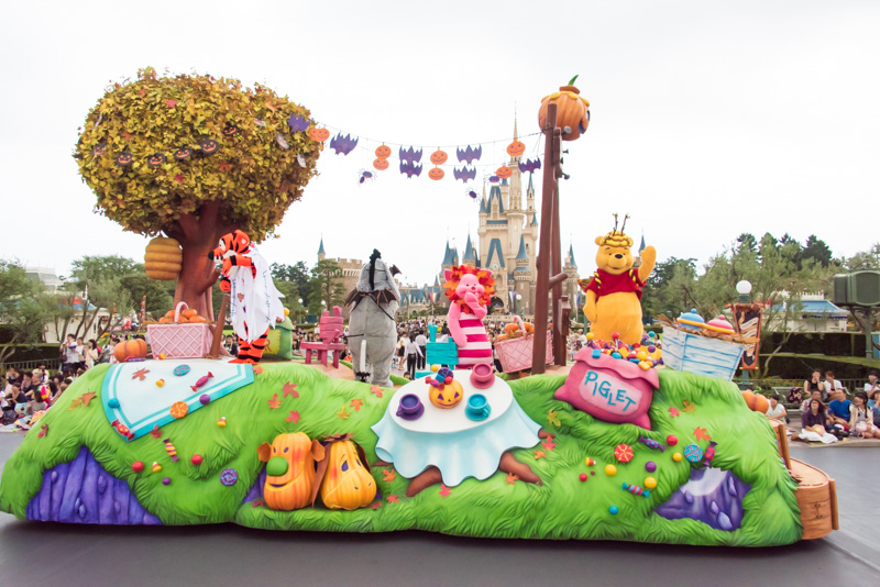 6台目のフロートは、くまのプーさんと仲間たちが「トリック・オア・トリート」で手に入れた色々なお菓子を集めてゲストをもてなしている。プーさん、ティガー、イーヨー、ピグレットが乗っている
