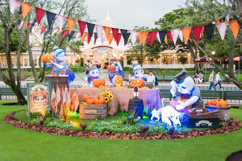 シンデレラ城前プラザには、ディズニーのキャラクターとおばけが楽しんでいるフォトロケーション