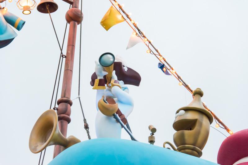 トゥーンタウンの各所にパンプキンやおばけがモチーフの飾り付けが施されている