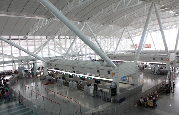 福岡空港の国際線ターミナルの搭乗手続きエリア