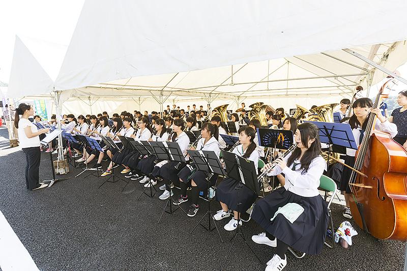 式典では岩出中学校および岩出第二中学校吹奏楽部による演奏が行われた