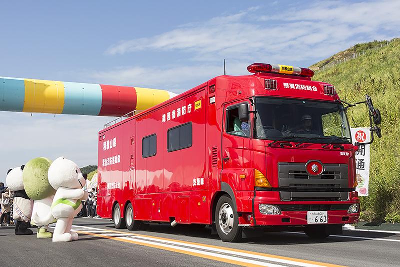トラックや消防車、救急車などが続く
