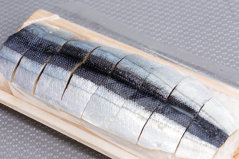 こちらはさんま寿司。めはり寿司や柿の葉寿司など種類が豊富で製造者の異なる商品も並べられている。味比べも楽しそうだ