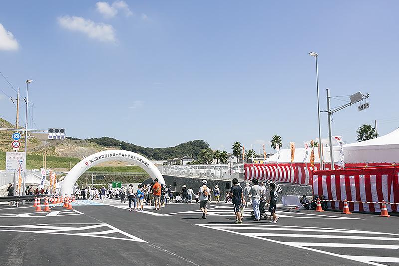 開通式典が行われたふじと台地区の交差点