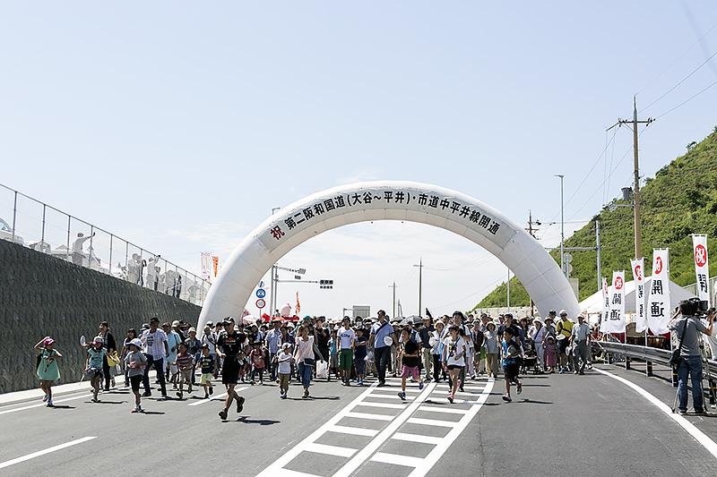 夏を思わせる汗ばむ陽気の中、多くの市民が参加