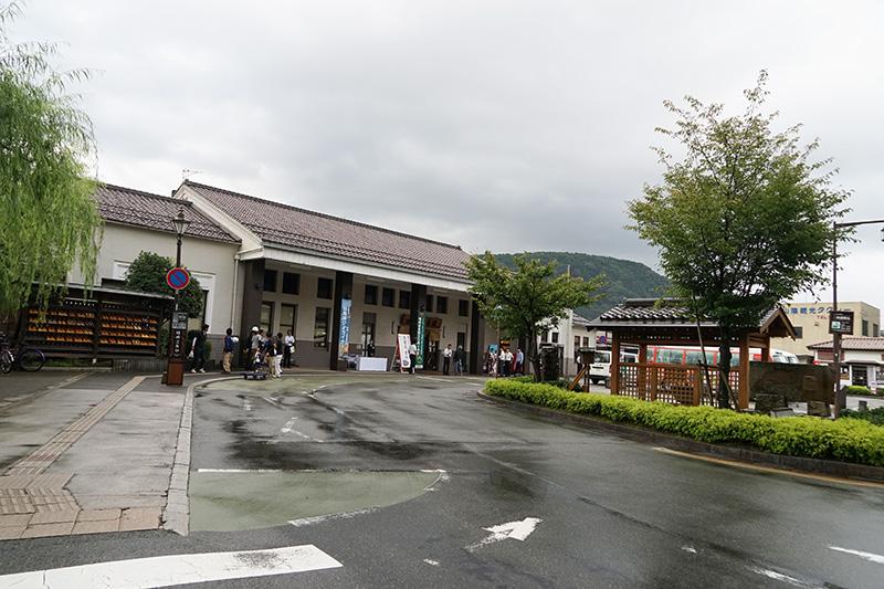 城崎温泉駅前。駅前に出るとすぐに温泉街の雰囲気が感じられる