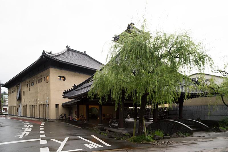 城崎温泉駅駅舎のすぐ横に、すでに温泉施設がある。7湯ある外湯の1つ「さとの湯」