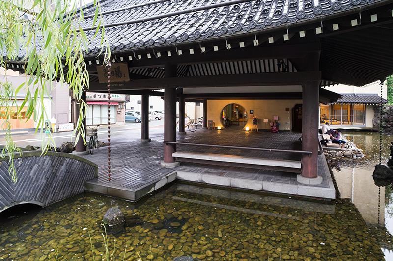 「さとの湯」入口周囲は温泉が流れ、足湯が楽しめる