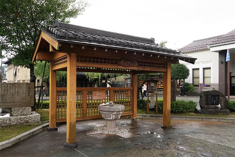 駅前ロータリー内には、湯飲所が設けられている