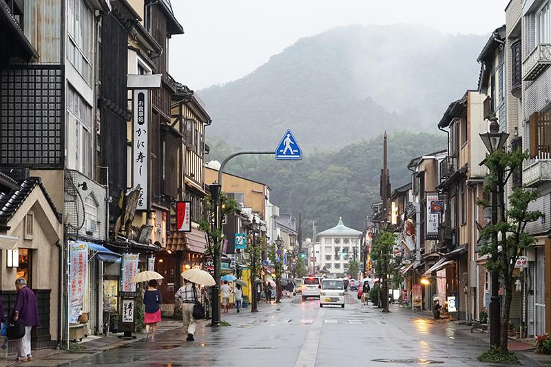 駅前から大谿川のある温泉街方面へ通じる風情のある「駅通り」