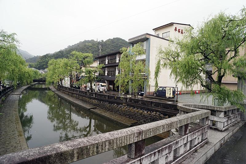 温泉街の中心を大谿川が流れる。両脇の柳も風情を醸し出す