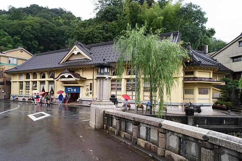 さらに進むと、街中央の大きな王橋のたもとに桃山様式の建築「一の湯」