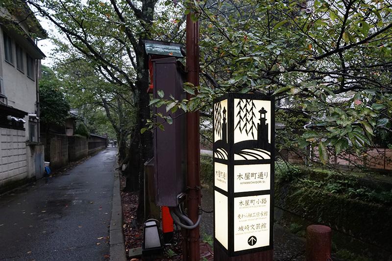 裏通りの「木屋町通り」は、落ち着いた雰囲気。桜のシーズンは桜並木になる