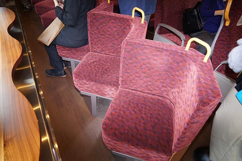 窓向きの座席は凝ったデザインをしている。いろいろな向きに座りやすい