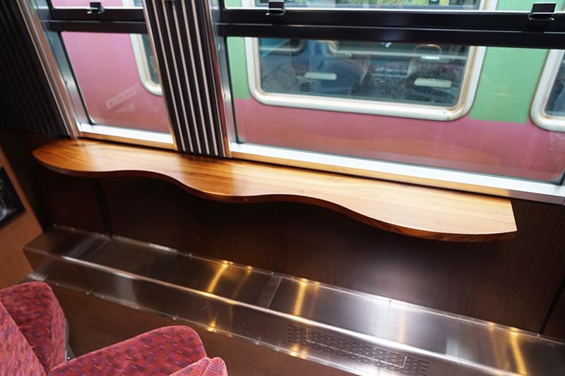 窓際には波形デザインの机