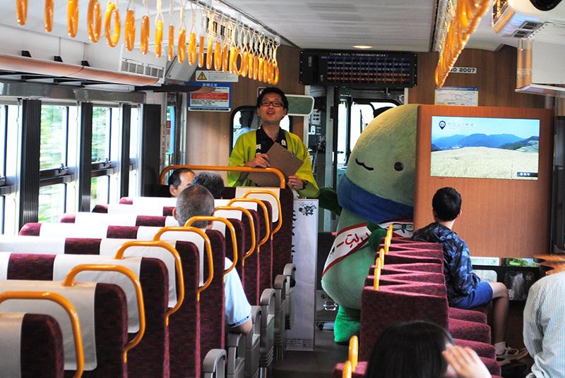 途中の八鹿駅~和田山駅で乗り込んだ、養父市イメージキャラクター「やっぷー」。養父(やぶ)市をアピール(写真提供:JR西日本)
