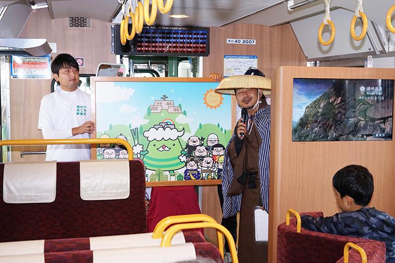 和田山駅では紙芝居を使って地元をアピール