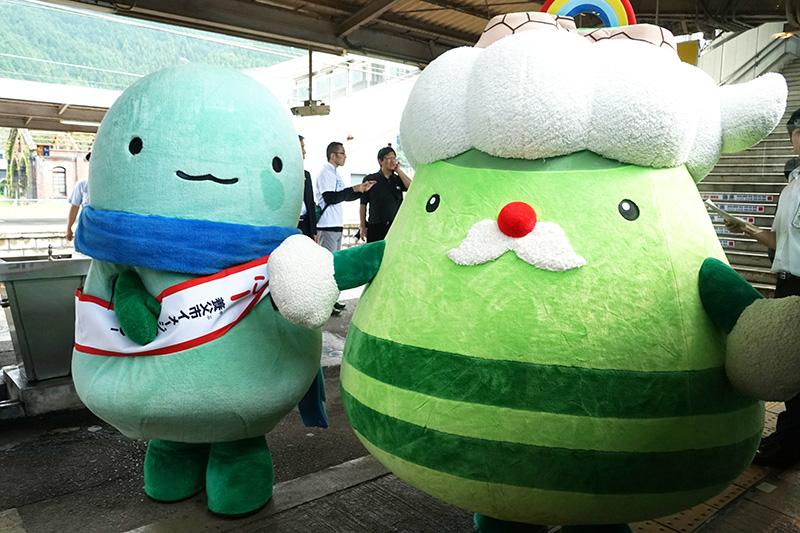 和田山駅では、養父市イメージキャラクター「やっぷー」と竹田城跡マスコット「たけじぃ」がお出迎え