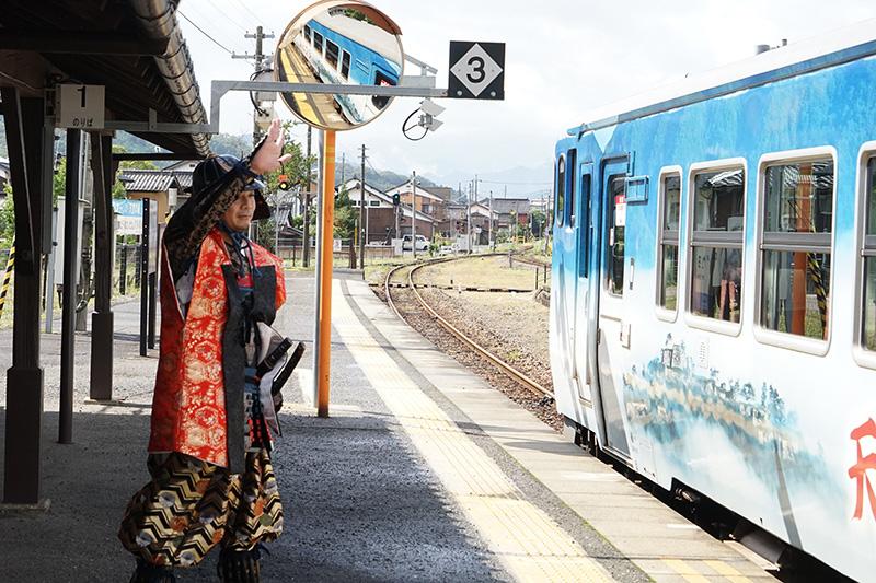 竹田駅で多くの人が降りるが、「天空の城 竹田城跡号」はこの後、寺前駅まで運行する