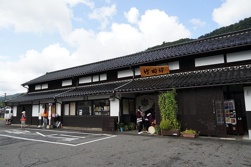 竹田駅の駅前。駅舎は比較的新しい