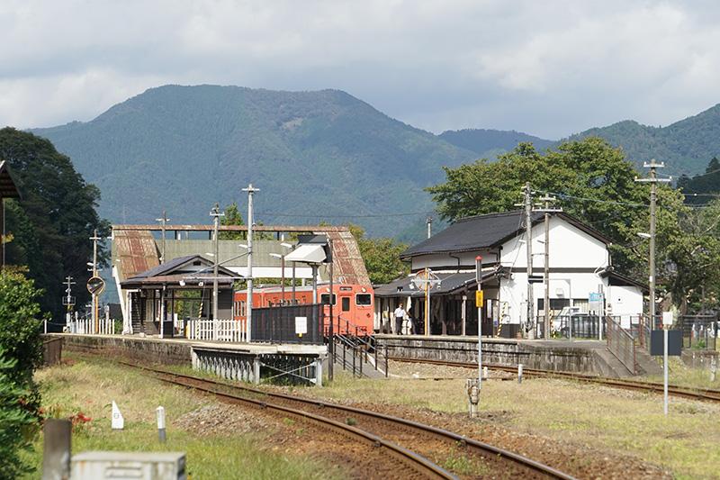 竹田駅のホーム側。周囲にはのどかな自然豊富な風景が広がる
