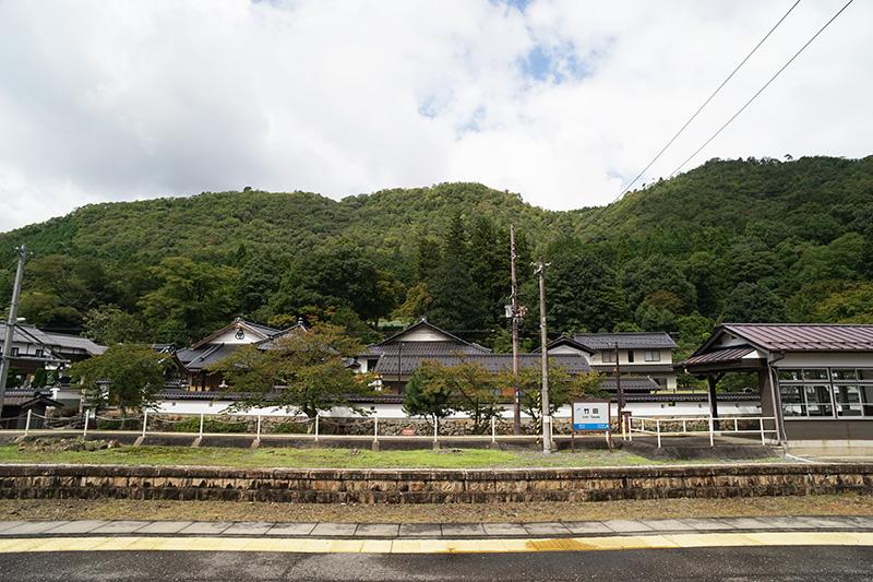 竹田駅のホームから竹田城跡のある古城山が見える。手前には4つのお寺