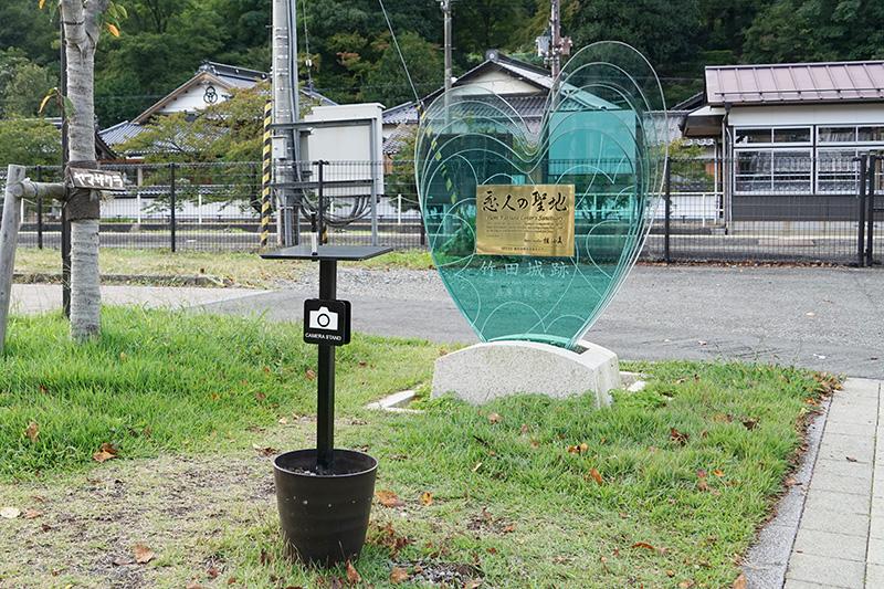 竹田城跡が「恋人の聖地」として認定されたことを受けての「恋人の聖地モニュメント」が駅前にある。記念撮影用のカメラ台もある