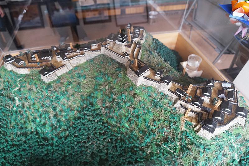 駅の観光案内所にある竹田城を復元した模型