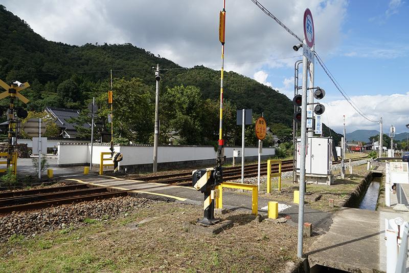 竹田駅横の虎臥城公園近くの踏切。奥に見えるのが竹田駅