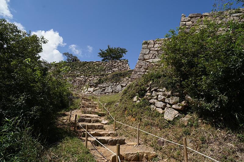 観覧料を払い、さらに登ると城壁が現れる