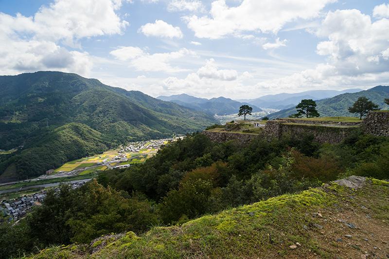 「南千畳」を見る。雲海の写真は向かいの山「立雲峡」(写真左)から撮影されることが多い。桜の名所でもある