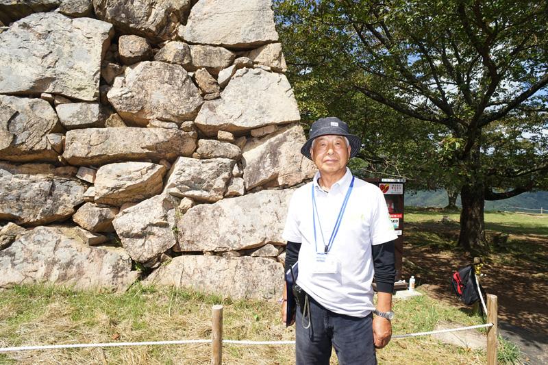 竹田城跡にはボランティアガイドが常駐。予約のうえ有料でのガイドが基本だが、時間があるときは気さくに声をかけ解説してくれていた。写真は北千畳で出会ったガイドの1人 岸下定氏