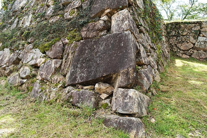 城内で一番大きいと言われる石。5トンほどあるそうだ。竹田城の城壁の石は、山自体の石を使っている