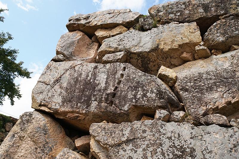 城壁の石をよく見ると石を割るための矢穴がそのまま残っている石もある