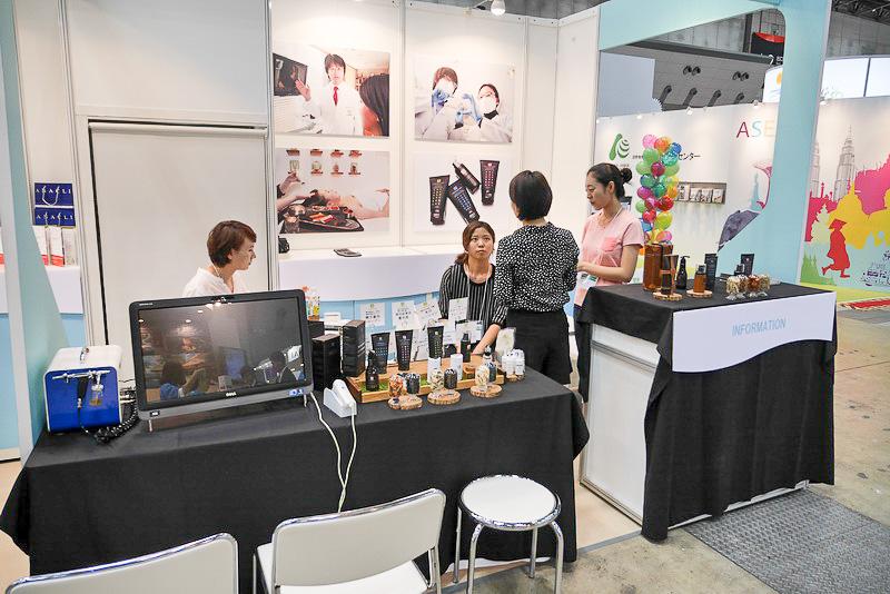 韓国コスメコーナーでは、頭髪診断やシャンプーなどの試供品を提供
