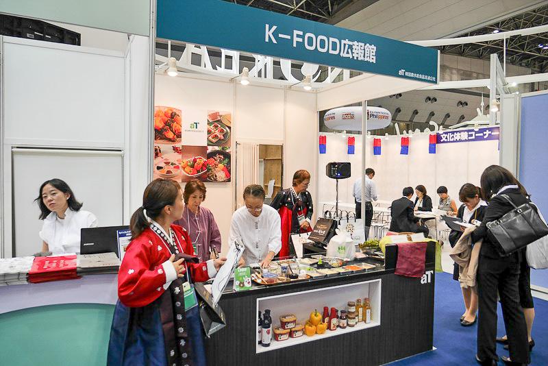 K-FOOD広報館ブースでは、毎日異なる韓国グルメの試食が行われる