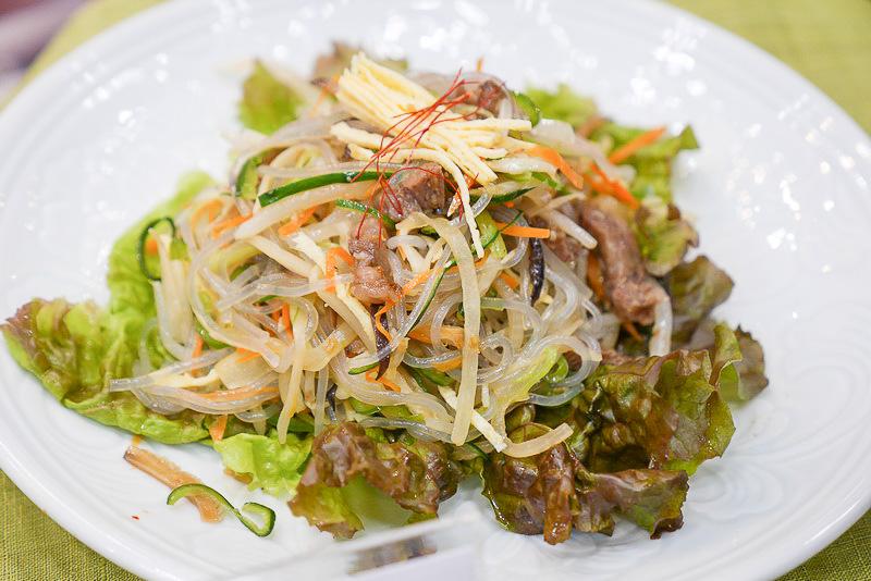 こちらは宮中チャプチェ。10種類の野菜や牛肉の入った、贅沢なチャプチェだ
