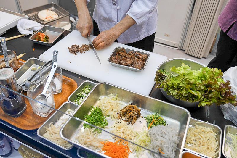 その場で調理の様子も見られるので、韓国グルメ好きは必見