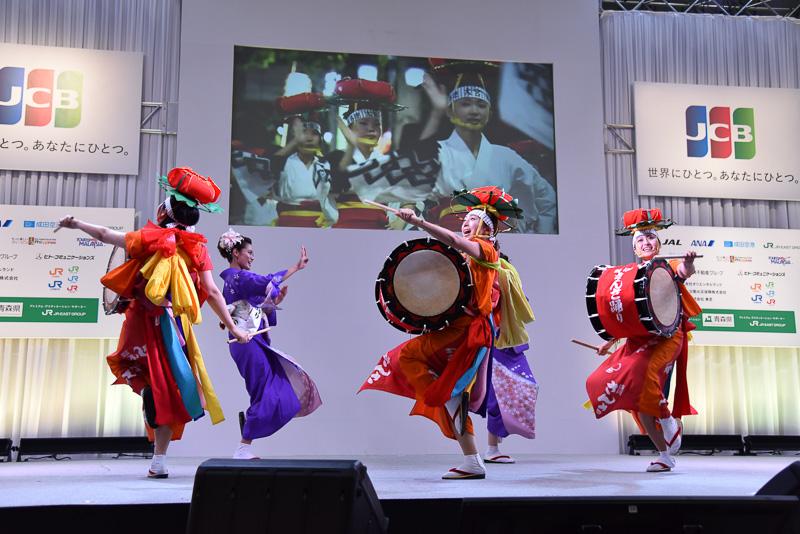 「ミス太鼓」の女性らが纏う色彩豊かな衣装は、前からも後ろからどこから見ても美しい。5色の腰帯は踊ることで揺れ、より魅力が増す