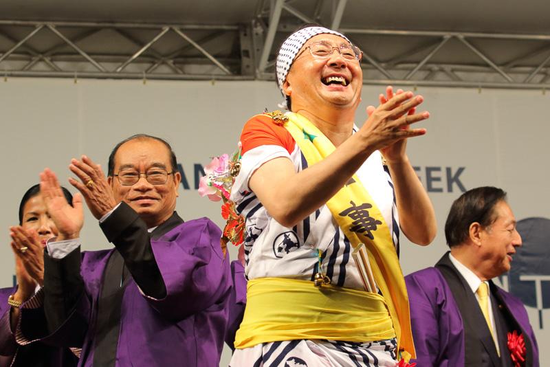 ひときわ華やかな格好で鏡開きを行なったのが青森県知事 三村申吾氏